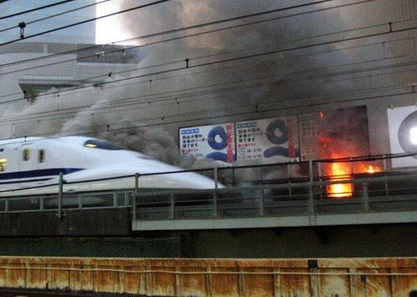 すげい RT @tosikuni 東京・有楽町で火災 新幹線、品川以西も発着できず:日本経済新聞 http://t.co/DI32mOFta0 JR有楽町駅前の建物火災で、燃え上がる炎の横を走行する東海道新幹線の車両  映画かと思った http://t.co/j7l4aVGVVR