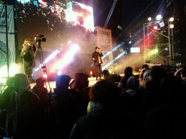 지금 서울광장에는 박근혜 불법선거를 규탄하는 시민들이 모였습니다.즐기는 자들을 이길 수 있을까요? 아주 따끈한 저녁입니다. http://t.co/qkryBhANn7