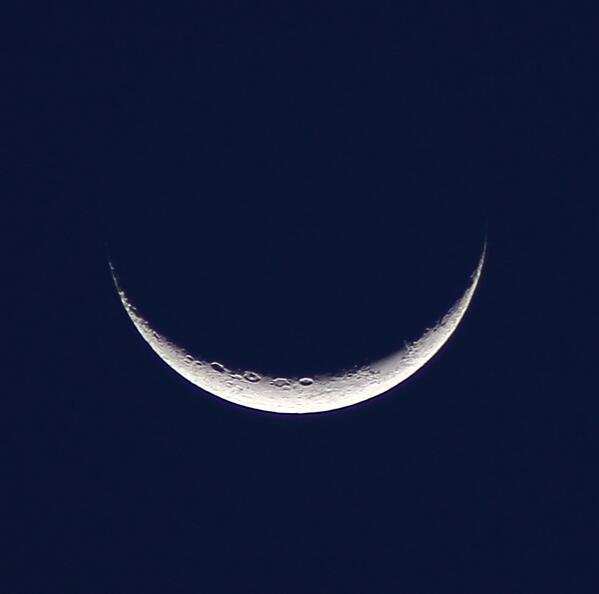 RT @adleon7: Otra foto de la Luna, ahora más de cerca http://t.co/9jMHzckWS6