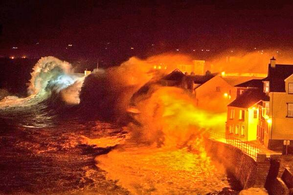 The photo of #Lahinch getting battered by waves is really scary ! http://t.co/S9uAFjjJDZ