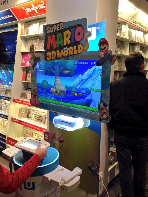 Por si no hubiese bastante confusión,  NSMBU en stand de 3DWorld @NintendoES @Fnac_Castellana http://t.co/0okNiewvKC http://t.co/gCPfQLjvVX