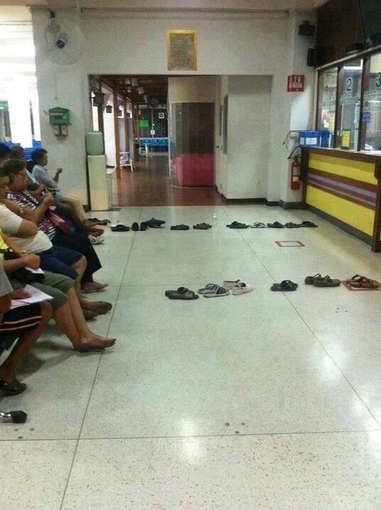 Tayland'da insanlar kuyruk beklerken. Akıllıca:) Özellikle emekli maaş kuyruğu bekleyenlere! http://t.co/JTI3NE0nOt