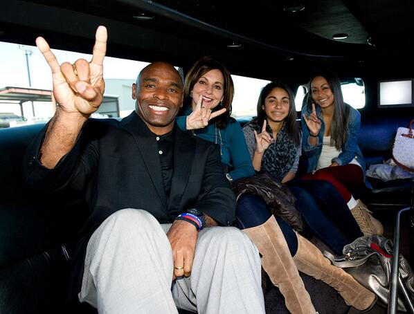 Welcome to new head coach Charlie Strong and family who are in town and flashing the #HookEmHorns sign. http://t.co/F5py4nvsH8
