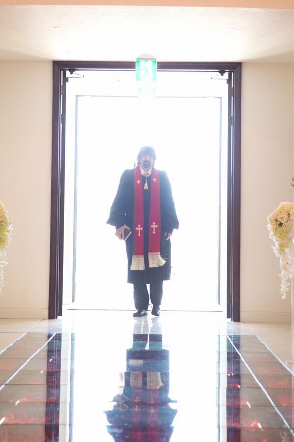 式の写真見直してら神父様のラスボス感半端なかった http://t.co/OAtKJJU38B