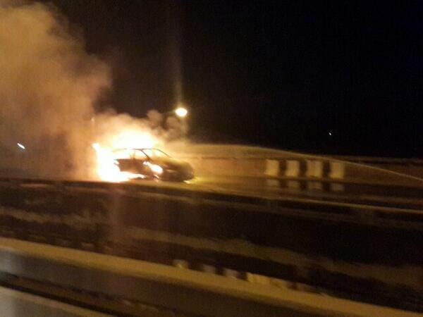 ไฟลุกท่วมรถ กำลังดับเพลิง บนสะพานข้ามคลองบางคูวัด เส้น345 ขาเข้ารังสิต ไม่สามารถผ่านได้รถติดสะสมยาว @js100radio http://t.co/WpdtUXnTDU