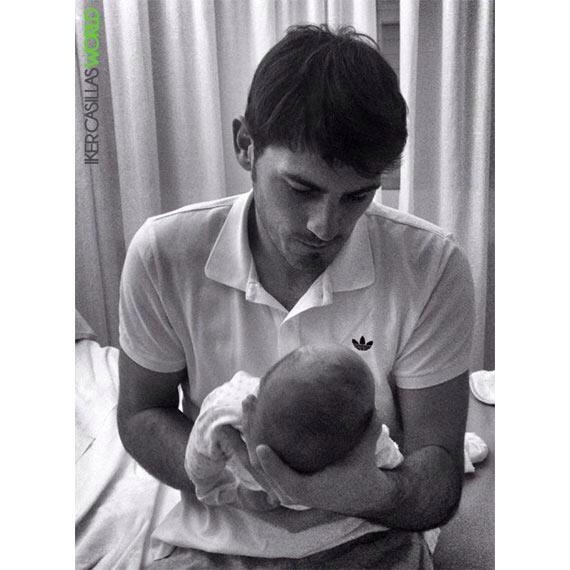 Foto de Iker Casillas con su hijo Martín. Gracias por compartirla y Felicidades otra vez!! @CasillasWorld http://t.co/yfkAPyf0WC