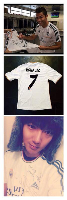 """RT @yesungworld: Yesung got a gift from The best Player Football in the world """" Cristiano Ronaldo"""" http://t.co/LUqkhvk9ic"""