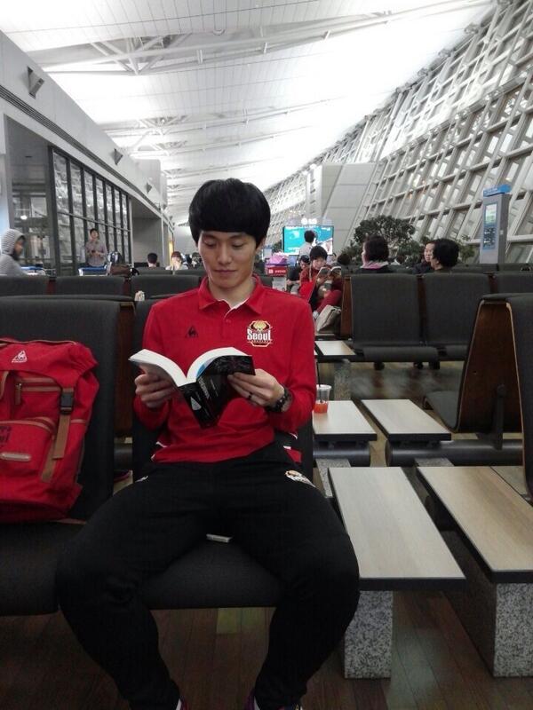책 집중하고읽고잇을때 사진찍지말라니깐 http://t.co/HFjHjfCKAI