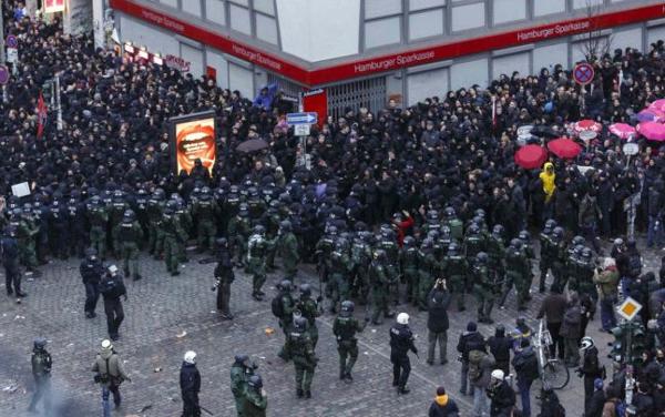 """#Hamburgo Registrando y deteniendo a cualquier persona. """"Democracia"""" en Europa http://t.co/0rp67Yc4pY > @Cazatalentos > @Agus_Martinez58"""