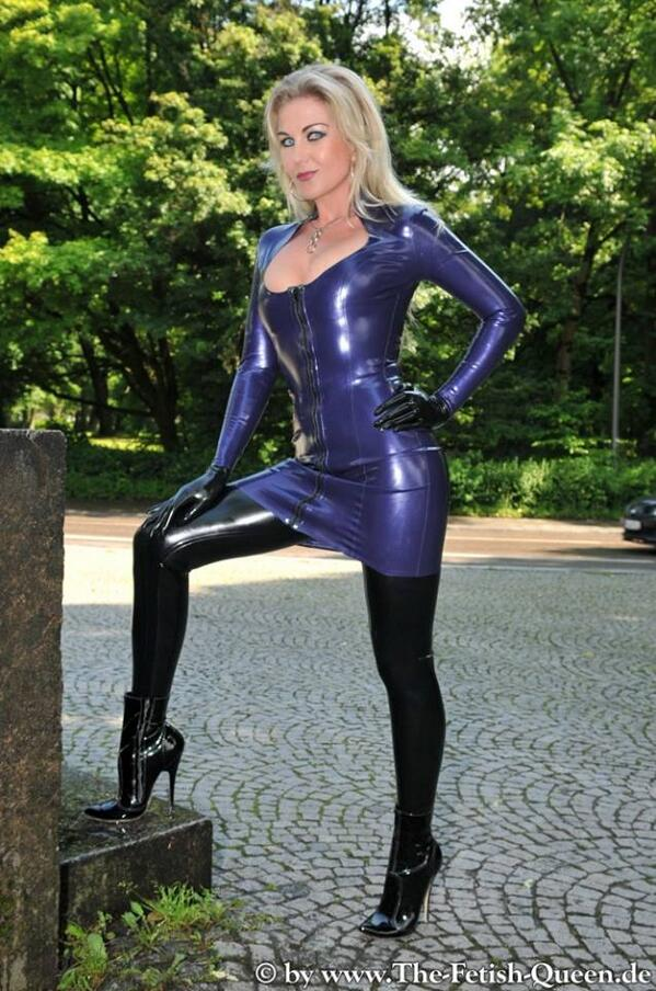 Gorgeous blue latex dress. http://t.co/k34MhctMV8 -- fakerockchick (@fakerockchick) nice