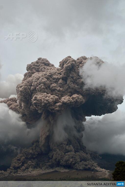 Buongiorno! il vulcano Sinabung dà spettacolo (foto di @SutantaAditya via @AFP) http://t.co/D8OnLR2bFO