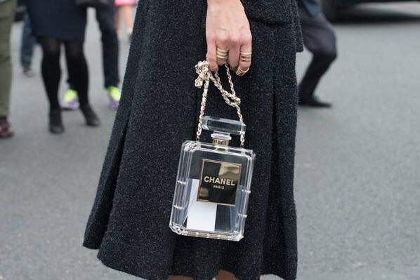 Elegante y divertido el nuevo bolso de Chanel http://t.co/0mSsB6Uzqg