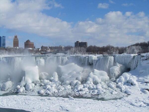 "Stunning pic of a frozen Niagara Falls http://t.co/r23WuSMneJ"""