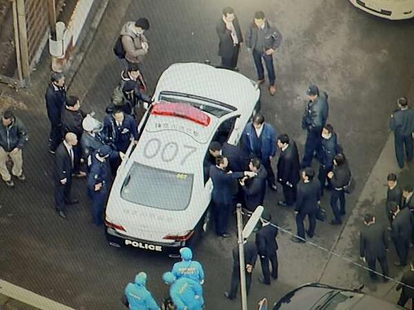 逮捕された川崎の逃走犯が乗せられているパトカー。警察、狙ったね。(^^; http://t.co/0XCXnpym6v
