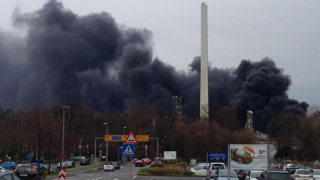 Unsere Reporterin hat uns ein Bild vom Brand in der Kölner Raffinerie zukommen lassen:  #Brand #Köln http://t.co/9xPOEGOy8P