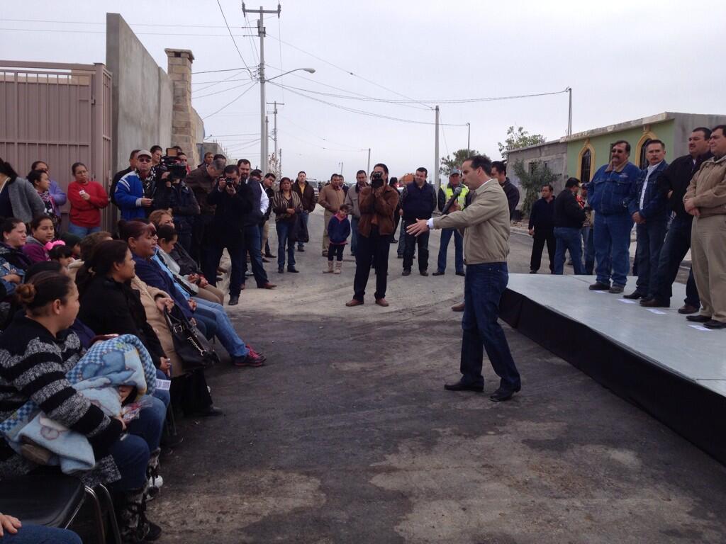 5 Calles completas pavimentadas con banquetas y cordones es la entrega. #PavimentacionAsfaltica @PURONJOHNSTON http://t.co/RlDXcOgbsU