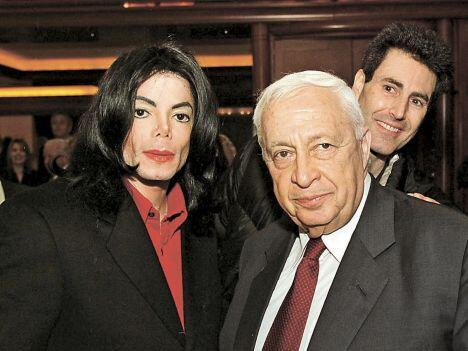 guess what. the guy in the background is... uri geller #sharon http://t.co/f27w2eV0BV