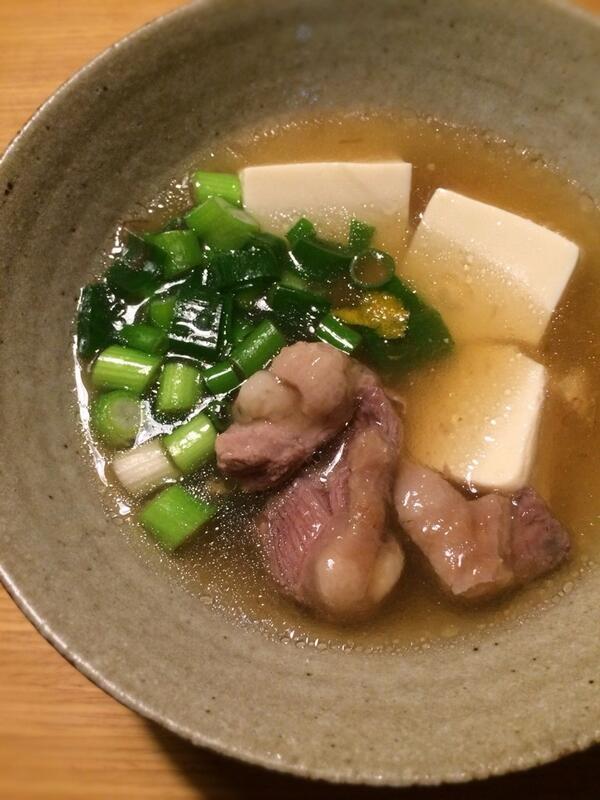 【鴨豆腐】鴨もも肉は一口大のそぎ切りにし、酒と醤油で下味をつけ少し置く。その間に鍋に昆布と削り節でだしをひき、酒を少々。鴨に片栗粉をはたき、鍋に落とし3,4分煮る。塩と醤油で調味。豆腐と九条葱を加え、再度沸いたら火を止め柚子皮を。 http://t.co/DwmV5kC7Xi