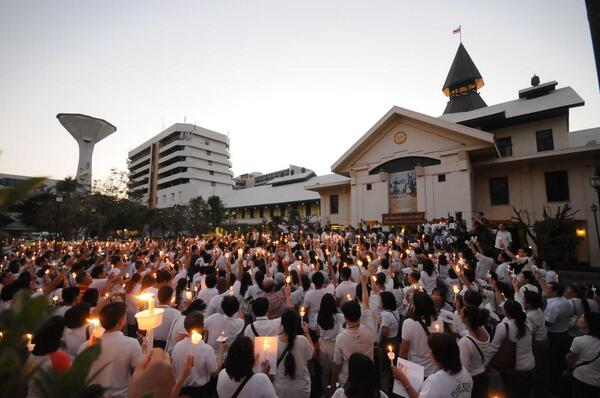 Meanwhile at Thammasat, people holding assembly to wish to #RespectMyVote and for peace. RT @joe_black317 http://t.co/OmfRfaeh49