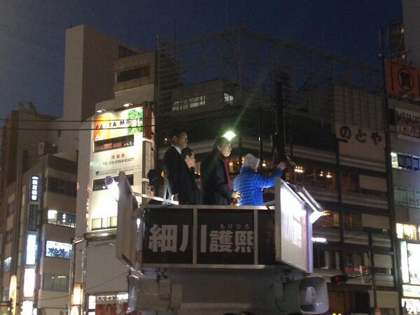 池袋に来ている、細川護煕さんの演説を聞いてます。小泉さんの応援演説も一緒に。70才を越す2人が必死に原発もうやめようよと語るのを聞いて、自分が情けなくなった。まだ誰に投票するか決めてないけれど、ちゃんと参加しなくちゃいけない。 http://t.co/2Bv3kB3G3c