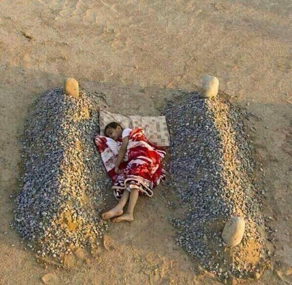 """志葉さん @reishiva のいう、戦争の現実 @kando_iihanashi: シリアの男の子が、戦争で亡くなったお父さんとお母さんのお墓の間に入って寝ているところ。この男の子の気持ちを思うと胸が痛くなります。戦争はダメです。 http://t.co/CDW9skjOTA"""""""