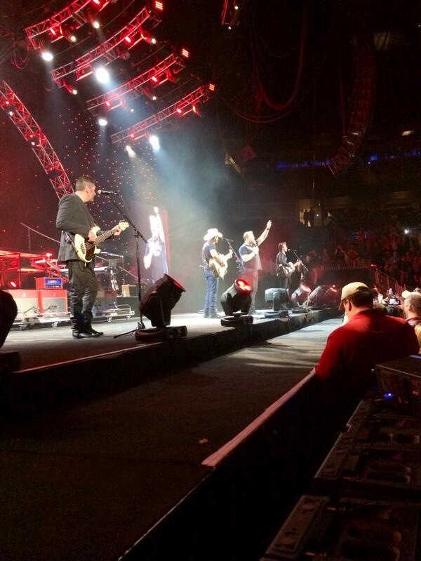 @rascalflatts joins @BradPaisley onstage tonight!  Orlando. @JoeDonRooney @JayDeMarcus http://t.co/OcSKxT2rq6