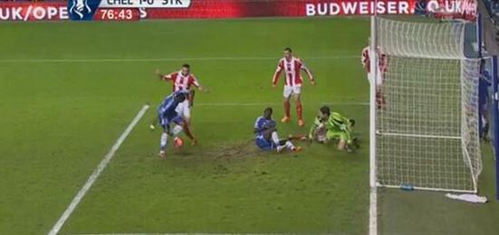 Be6 qDWCIAASR4e Chelsea striker Samuel Etoo produced an awful Fernando Torres esque miss against Stoke [Vine video]