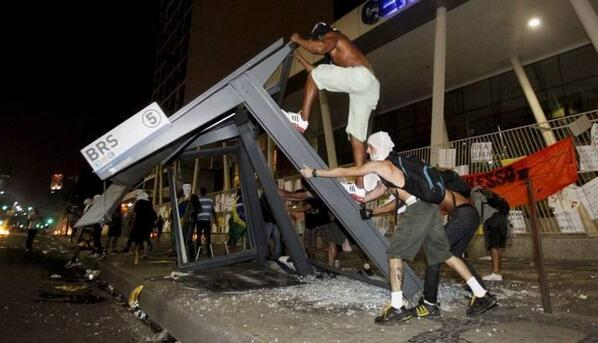 Black blocs destruindo mais um símbolo do capitalismo: um ponto de ônibus, usado por maioria de  pobres. http://t.co/BnfHxa3ZQV