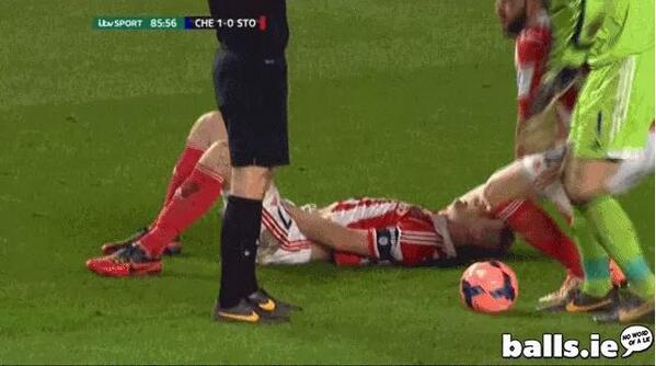 Be7UUGDCYAANTwJ Stoke defender Ryan Shawcross hit in the crown jewels by Chelsea star Willian [video]