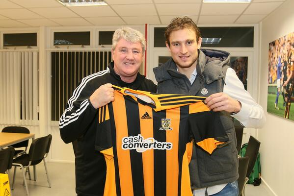 BeCZkWVCUAEWg3L Nikica Jelavic holds a Hull shirt with Steve Bruce after moving from Everton