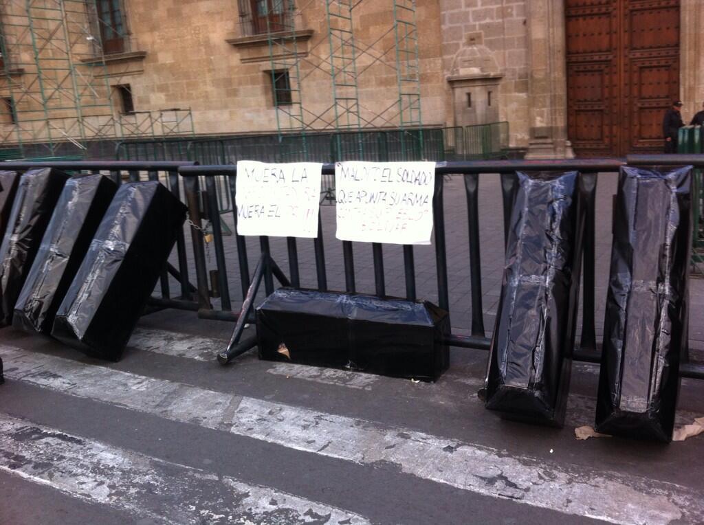 Mientras tanto en el #Zocalo ataúdes en honor a los muertos por el ejército. @anonpublico @anonopshispano http://t.co/gEXmFQ0aIZ
