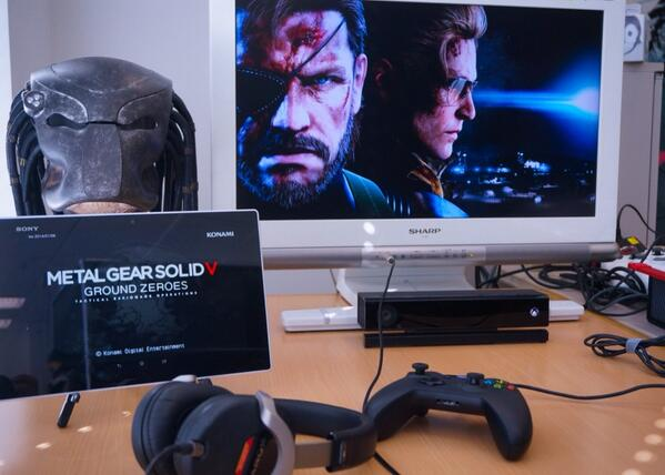 """Today checking XBOX-ONE with multi tablet. I put out Snake's terminal """"iDroid"""" screen during the game. http://t.co/CB2924WMQv"""