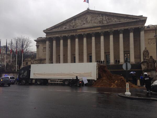 Plusieurs tonnes de fumier déversés devant l'Assemblée Nationale Banderole: #Hollande et la classe politique http://t.co/rXQZB0IDVc