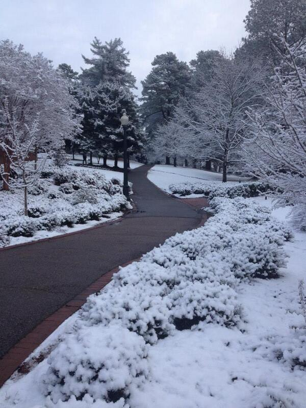 Campus is even more beautiful today, if possible, thanks to the snow. http://t.co/JZoqR3RdZt