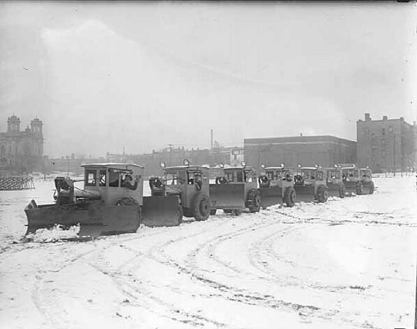 RT @CityMinneapolis: City snow plows in the 1920s. #tbt #throwbackthursday http://t.co/KhokFSIGBy