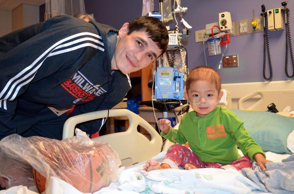 Ersan Ilyasova from the Milwaukee @Bucks visited with our patients today, including 3-year-old Tiger. Cute picture: http://t.co/m2dJDyQWpI