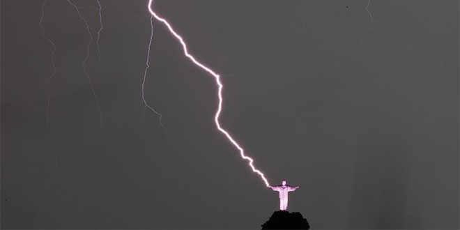 #Foto: Un rayo cayó en las manos del Cristo Redentor de Brasil @reinaldoprofeta -----------------> http://t.co/yrqx9qwgo8