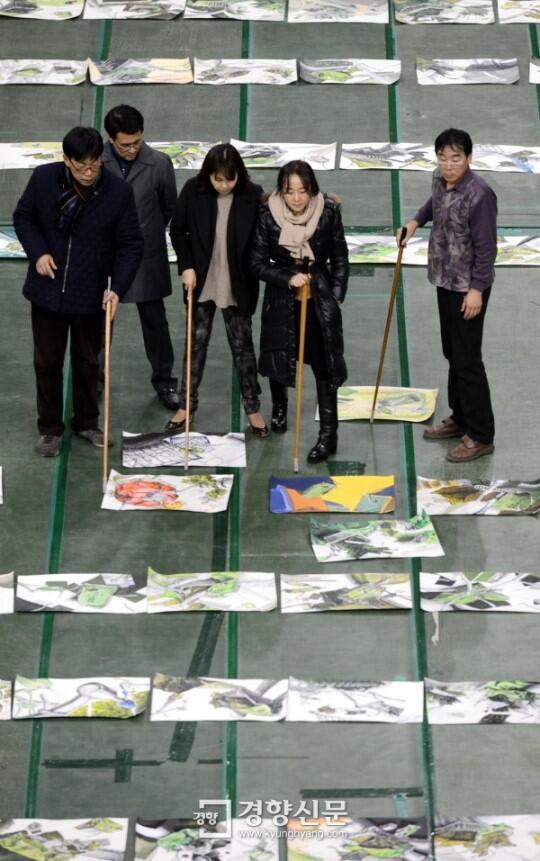 [포토] 수험생 미술실기 채점 논의하는 교수들 http://t.co/qVyowzcKlx
