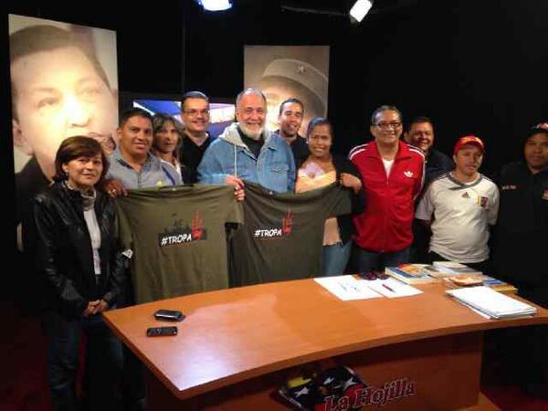 NoticiasMk 104.9 FM (@MK104_9FM): Representación de la #TROPA Ccs visita estudio de #LaHojilla y entrega obsequio a @LaHojillaenTV http://t.co/wClkeJ1Dir
