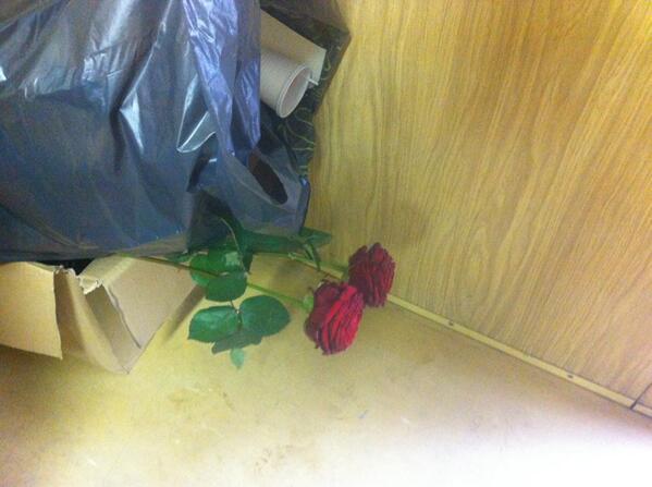 Zelfde kleedkamer als mainstreet. Zo gaan ze met hun cadeautjes om. #rozenverwelken #prullenbak http://t.co/jnjPl7VlKe