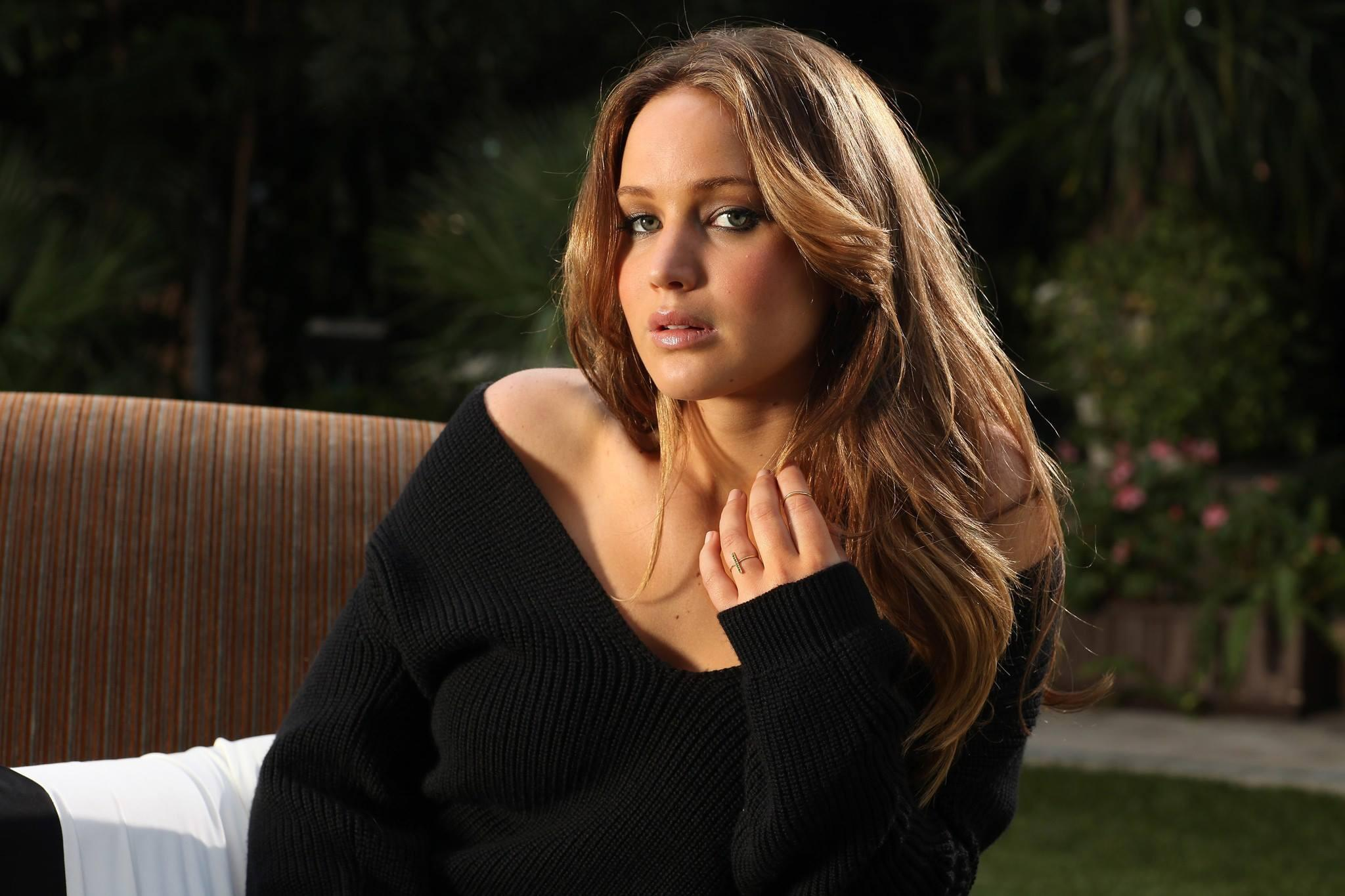#1 New outtake of Jennifer Lawrence photographed by Kirk McKoy for the LA Times (2013) (credit: @the_jlawrence) http://t.co/z0adE34Unc