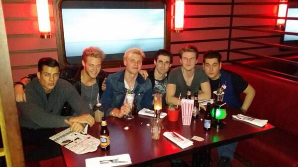 Gunna be a sick night with the @LawsonOfficial lads! So jokes already! @itsKarlMichael http://t.co/TMyWdPRRs6