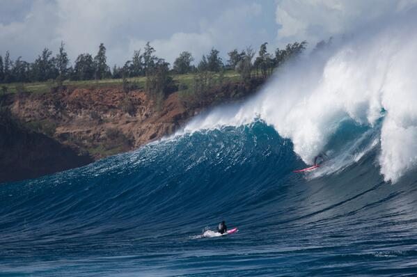 #Jaws was spitting out some bombs last week and @kaladacaptain was there to capitalize... #maui #electricsurf http://t.co/t0RmfcLv7k