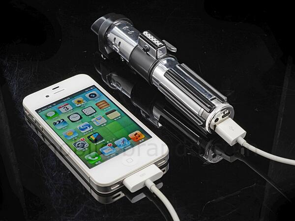 OMFG, le chargeur portable de smartphone en forme de sabre laser ! <3 #starwars http://t.co/IJTCWAD5Sp