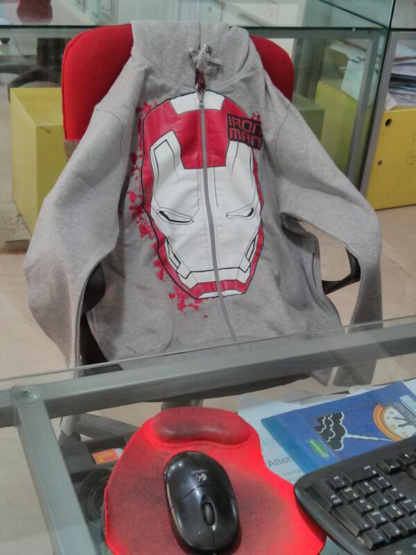 #Ironman3  'Jacket' relaxing and watching twitter live feed on Comp :) -  Mucho Thanks @StarMoviesAct http://t.co/OT24tIzvhd