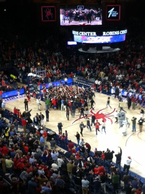 Richmond takes the win over UMass, 58 to 55, and the students rush the court! http://t.co/koWCiBkn9R