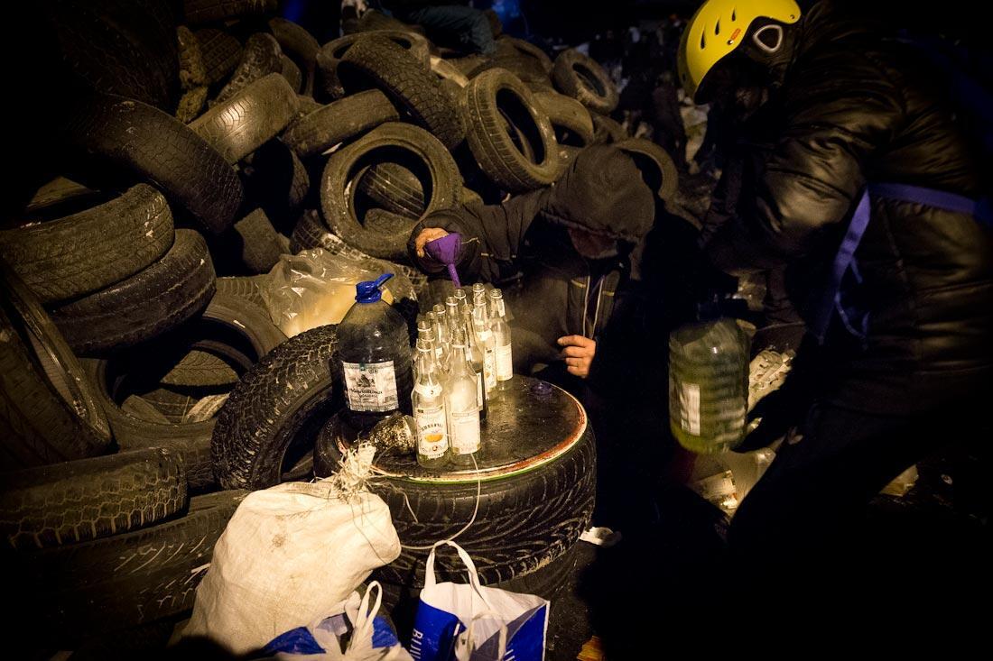 Вот так готовят коктейли Молотова. Про колеса — все шиномонтажи отдают свои склады на дело революции :-) http://t.co/p7vosOKiac