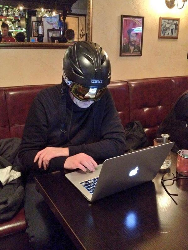 Добрые киевляне подарили шлем и очки. Утром, говорят, будет атака на Грушевского http://t.co/Re9tirmnPN