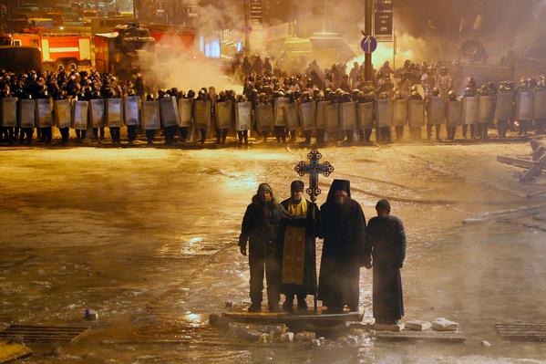 Er komen bizar mooie foto's uit Kiev. Deze orthodoxe priesters: http://t.co/OQa6xHyIMg (via @arjenuk)