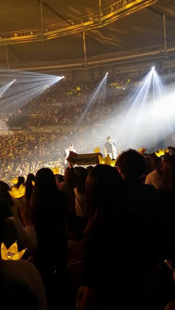 엔딩은 1층과 2층 사이에 움직이는 무대로! 2층분들과도 가까이 하는 빅뱅입니다. ㅋㅋ 대성군은 입고 있던 자켓 투척 ㅠㅠ #BIGBANG #concert http://t.co/daeOkEY2uy